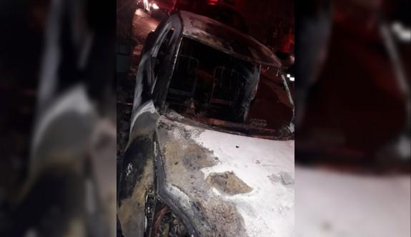 Lapta'da iki araç kundaklandı
