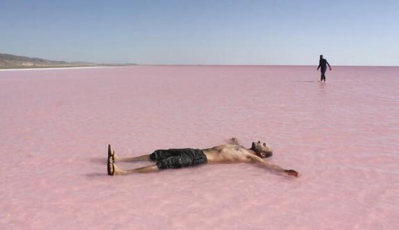 Tuz gölü pembeye büründü