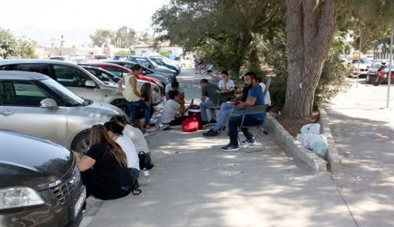 CAS çalışanlarından oturma eylemi