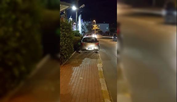 Girne'de kaldırımların sahibi araçlar