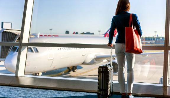 Doktorların ve Gezginlerin Tavsiyesiyle Uçakta Giymemeniz Gereken 10 Şey