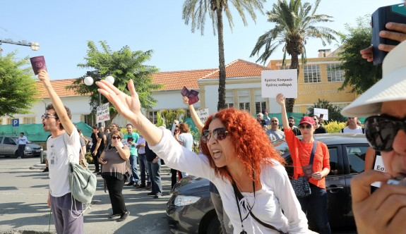 Hrisostomos'a 'pasaportlu' protesto