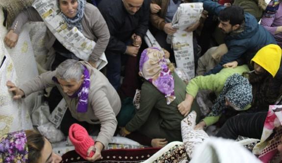 Antalya'da bedava halı ve paspas için birbirlerini ezdiler