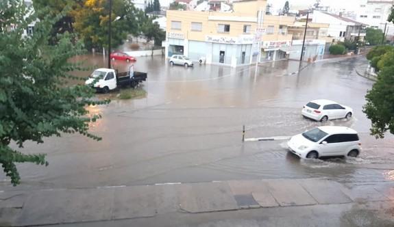Yağışlı hava Mağusa'da hayatı olumsuz etkiledi