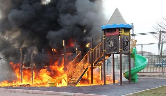Çocuk parkını benzin döküp yaktılar