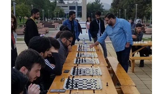LAÜ'de satranç gösterisi düzenlendi