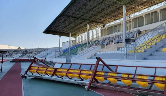 Rüzgar Atatürk Stadı'nı dağıttı