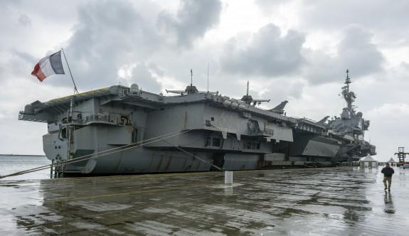 Fransız uçak gemisi Limasol Limanı'na demirledi