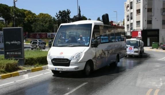 Girne'de müzik eşliğinde cadde ve sokaklarda ilaçlama yapılıyor