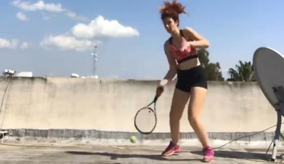 Tanem tenisi evde oynuyor
