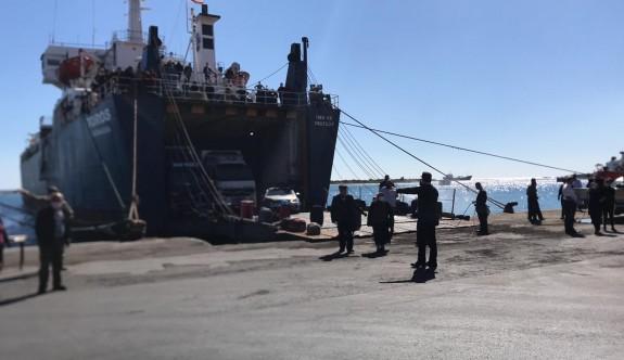 Gemiyle askerler geldi