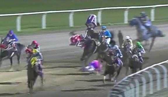 Hipodromda görülmemiş kaza: 3 jokey yaralandı, iki at öldü