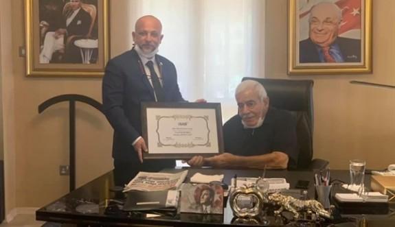 İŞAD'tan Mustafa Hacıali'ye onursal üyelik şilti