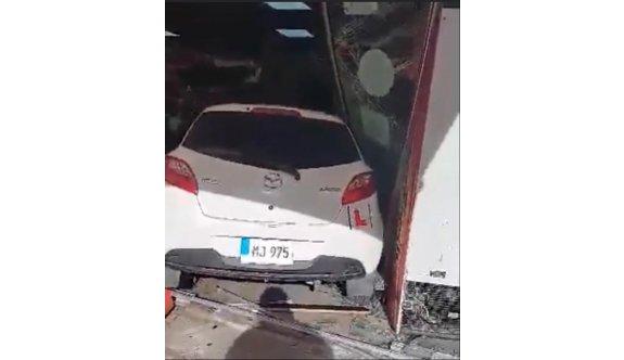 Dikkatsiz sürücü markete girdi