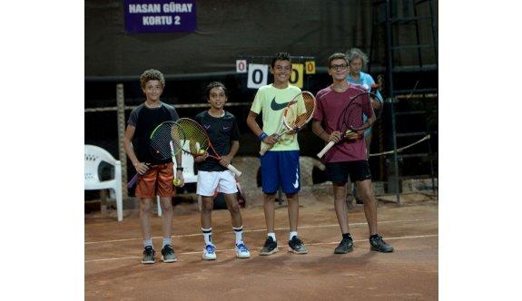 Mağusa'da tenis keyfi sürüyor
