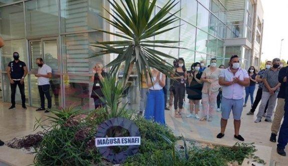 Mağusalı esnaflar, DAÜ'nün online eğitim kararını protesto etti