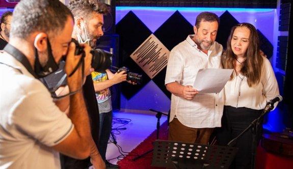 Serdar Denktaş, kendi seçim şarkısını seslendirdi
