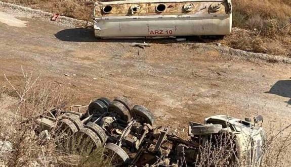 Su tankeri devrildi, sürücüsü ağır yaralandı
