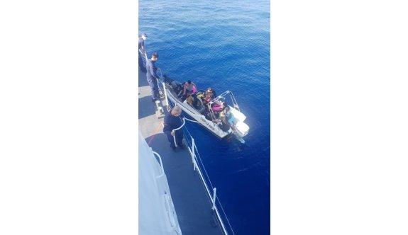 Kayalar açıklarında bir teknede Suriyeli göçmenler tespit edildi