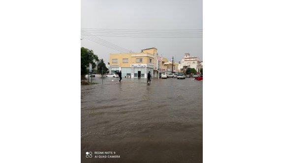 Mağusa'da sağanak yağış etkili oluyor
