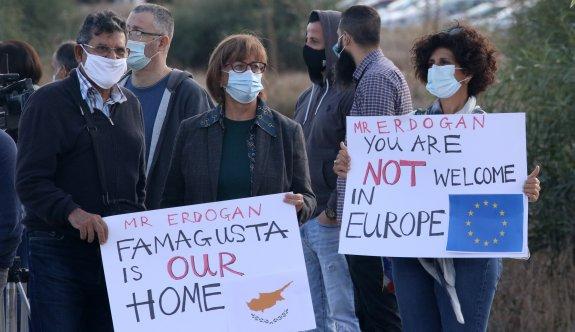 Maraş kökenli Rumlar Derinya Kapısı'nda protesto eylemi yaptı