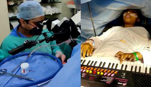 9 yaşındaki kız çocuğu, beyin ameliyatı sırasında piyano çaldı