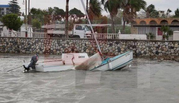 Fırtına ağaçları devirdi, tekneleri batırdı