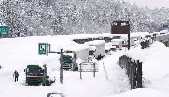 Japonya'da kar aniden bastırınca, sürücüler 40 saat yollarda kaldı