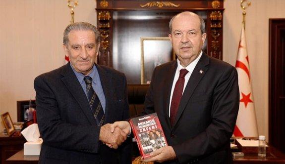 """Özbaflı """"Anılarla Vatansızların Zaferi"""" adlı kitabını Tatar'a sundu"""