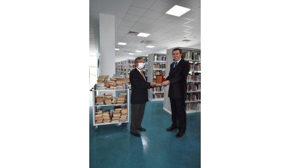 Öznur'dan Girne Üniversitesi Büyük Kütüphane'ye 3 bin kitap bağışı