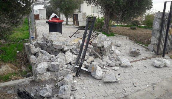 Beyköy'de virajı alamayan sürücü evin beton duvarını devirdi