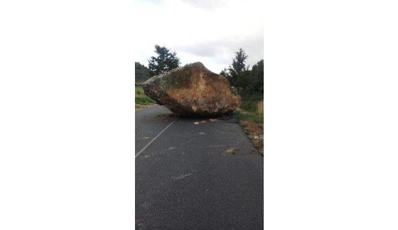 Dikkat, Çayırova - Mehmetçik Anayoluna Kaya düştü yol trafik akışına kapatıldı.