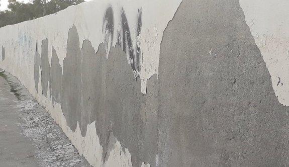 Duvarlar dökülüyor