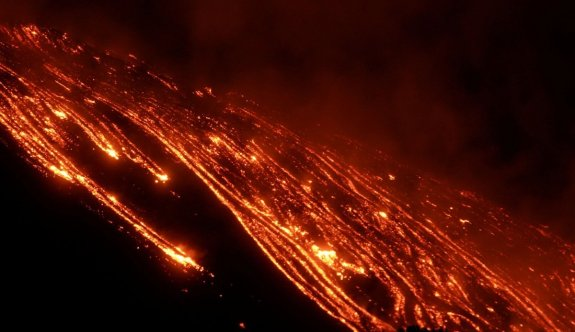 Etna yanardağı yine patladı