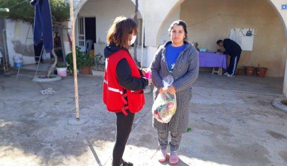 Kuzey Kıbrıs Türk Kızılayı 1700 aileye yardım paketti dağıttı