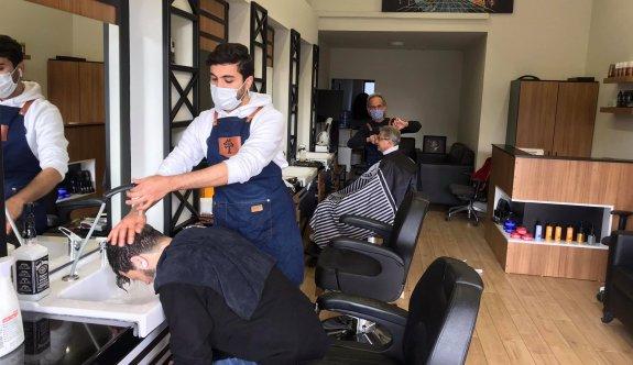 Berber, kuaför, dövmeciler ve güzellik salonları açıldı