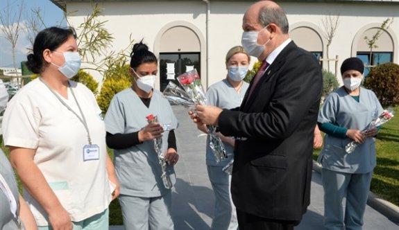 Cumhurbaşkanı Tatar ve eşi kadın sağlık çalışanlarını ziyaret etti