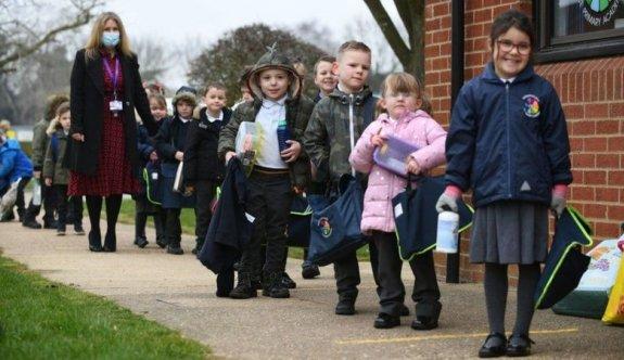 İngiltere'de okullar açıldı