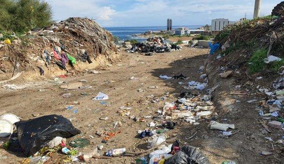 Sahil mi çöplük mü belli değil