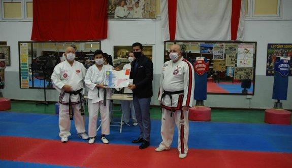 Sapsızoğlu Taekwondoculara diploma verdi