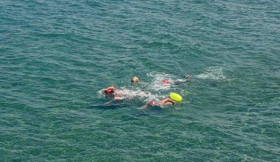 Aspava yüzücüleri mavi sularda