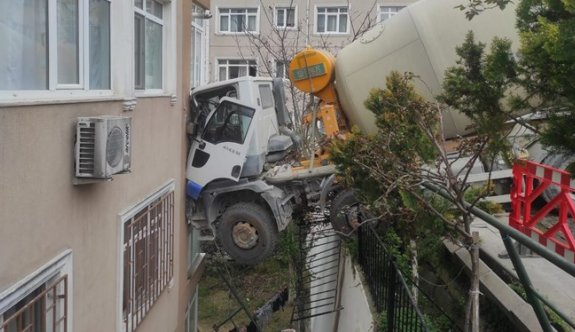 Beton mikseri 7 katlı binaya çarptı