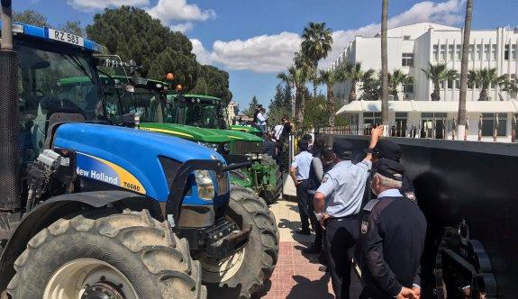 Çiftçilerin eyleminde traktör şoförlerine park cezası