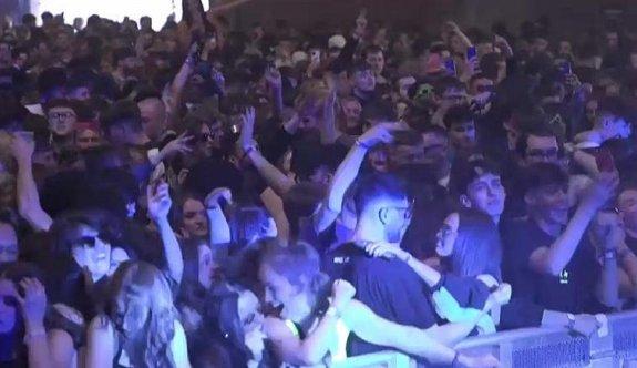 İngiltere'de 3 bin kişi maskesiz, sosyal mesafesiz konserde eğlendi