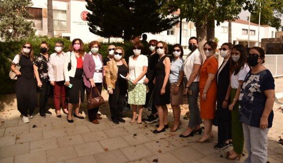 Kadınlar, ev içi şiddeti önleme yasası için Meclis önünde toplandı