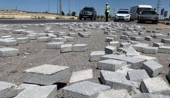 Taşlar yola devrildi