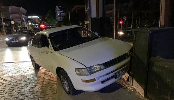 Alkollü sürücü aracıyla bardan içeri giriyordu