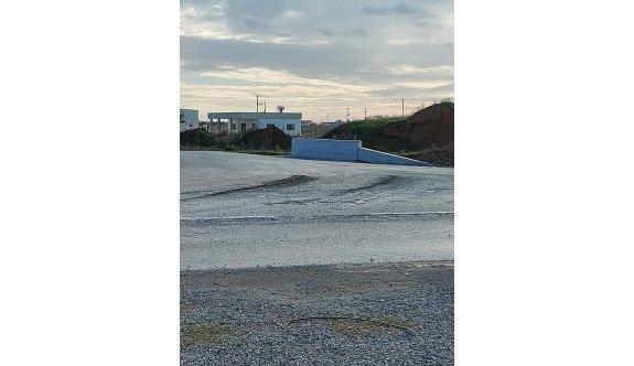 Bu yoldaki beton artıkları 15 yıldır temizlenmeyi bekliyor