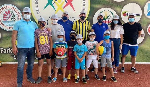 Fenerbahçeliler'den çocuklara top hediyesi