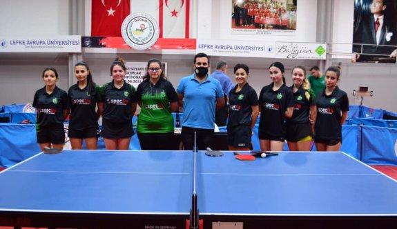 Masa Tenisçiler, Soyadlı'yı andı